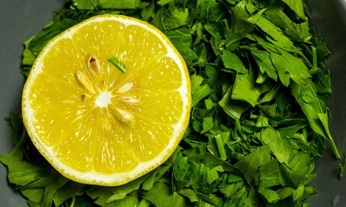 Эффективное средство от панкреатита — петрушка с лимоном и чесноком
