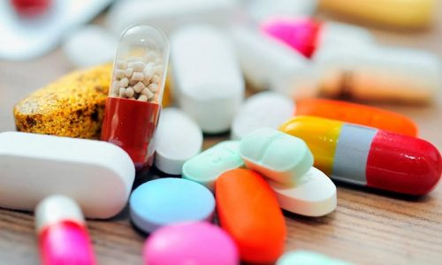 Медикаментозное лечение включает в себя прием антибиотиков, спазмолитиков и гормональных препаратов