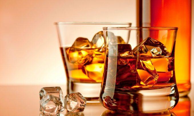 К наиболее вредным и опасным при воспалении поджелудочной железы продуктам относятся алкоголь