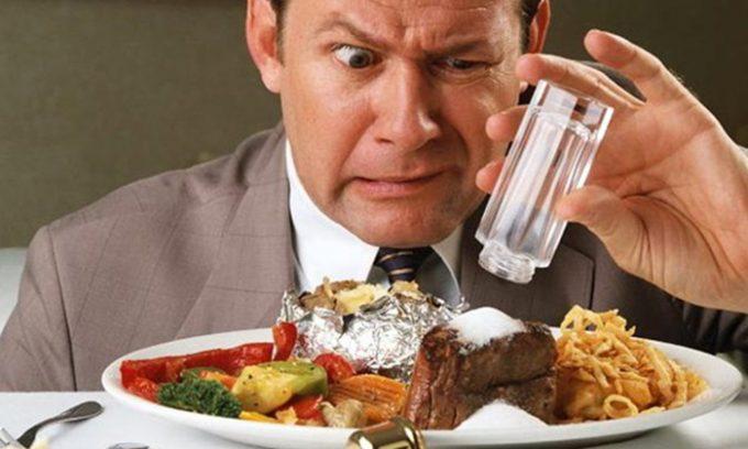 Во время диеты больной не должен употреблять жирную, жареную, острую, копченую и соленую пищу