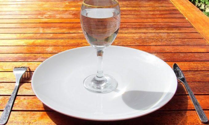 В острой стадии заболевания запрещен не только алкоголь, но и пища