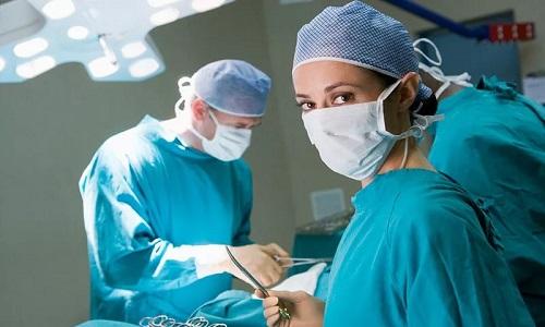 Хирургическое вмешательство проводят при инфицированном панкреонекрозе и гнойно-некротическом парапанкреатите