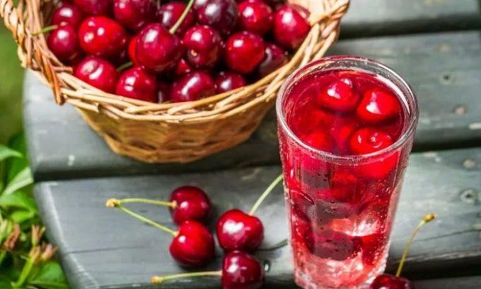 При панкреатите употреблять ягоду можно по-разному - в виде компотов, в десертах и сладких блюдах