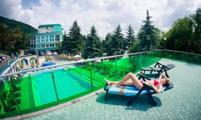 Многие специалисты рекомендуют в качестве профилактики регулярно посещать санатории и курорты
