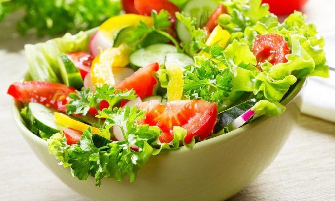 При хроническом панкреатите можно добавлять свежие огурцы в салаты