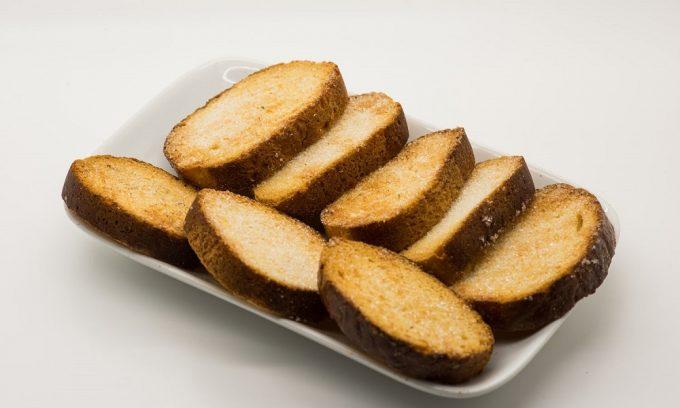 После лечебного голодания при приступе панкреатита больному можно съесть небольшое количество сухарей