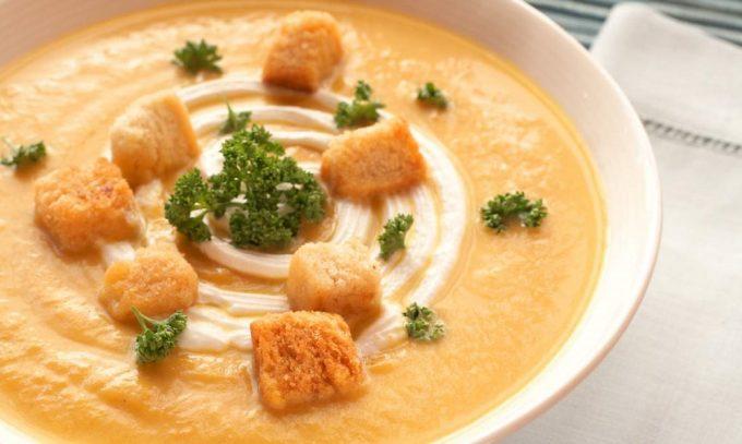 На ужин разрешается протертый овощной суп с подсушенным хлебом