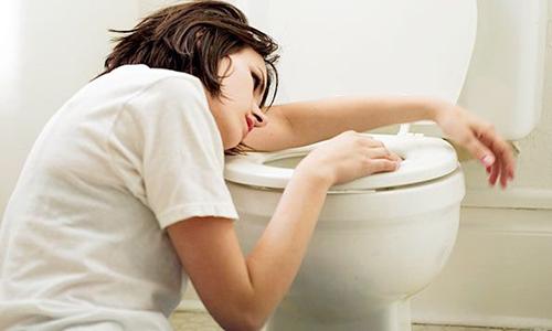 К частым признакам воспалительного процесса в поджелудочной железе относятся тошнота и рвота