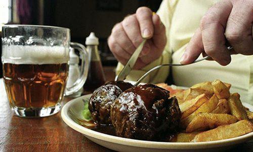Совместное употребление запрещенной пищи и спиртных напитков - сильный удар по поджелудочной, ведущий к острому панкреатиту